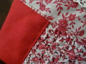 Detail ou on voit le quilting bicolore qui solidarise le voile rétrécissant au tissu