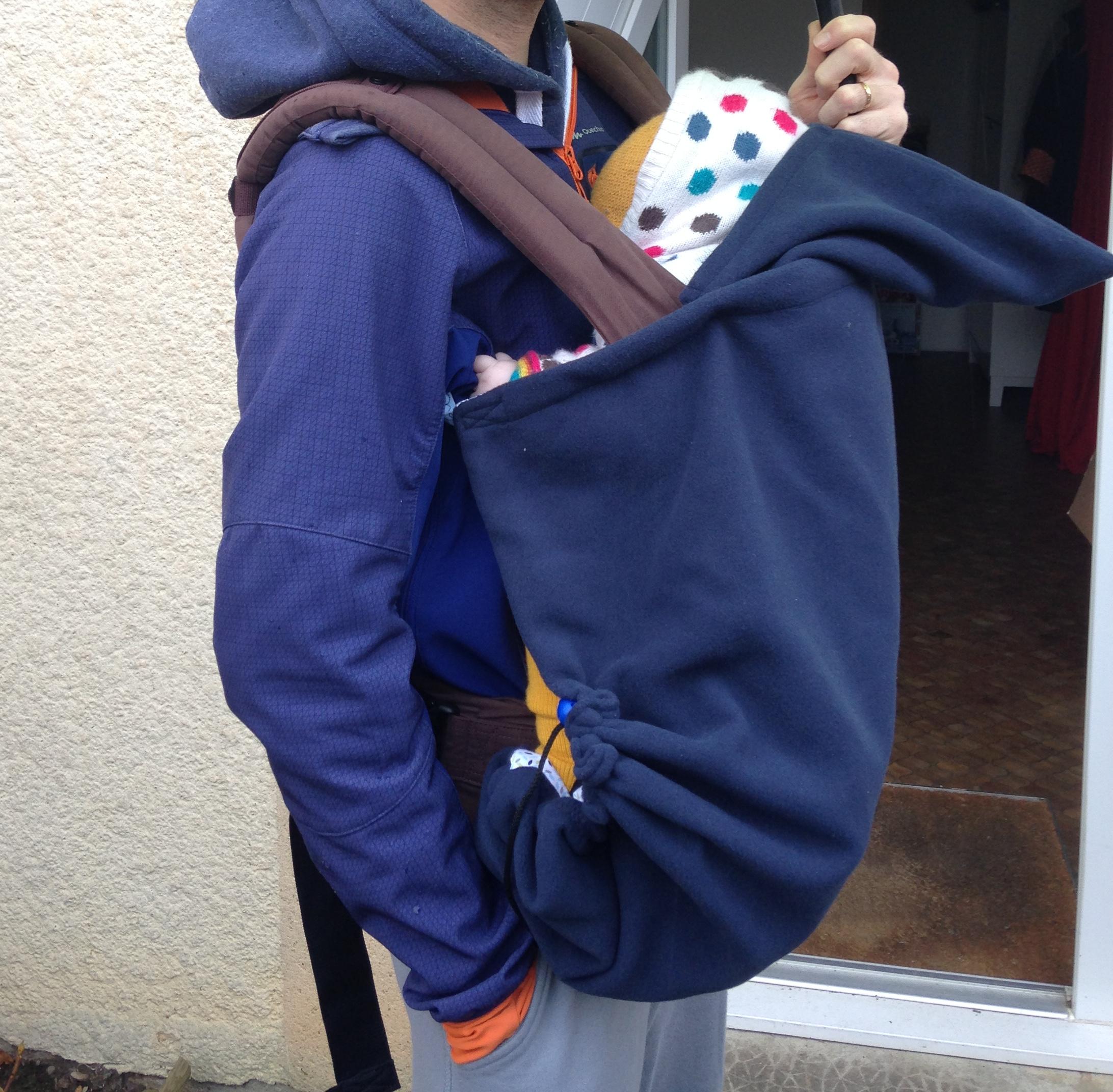 b6a16de89a1 Un poncho de portage pour bébé.
